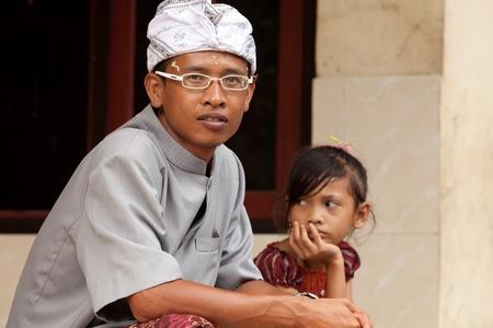 udeng: BALI - FEBRERO 1. El hombre en el pueblo de vestidos para ceremonia Galungan el 1 de febrero de 2012 en Bali, Indonesia. Galungan es un d�a de fiesta balin�s que ocurre cada 210 d�as que dura 10 d�as.