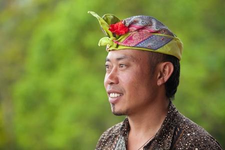 udeng: BALI - 02 de febrero. El hombre de Bali llevaba Udeng colorido en la cabeza el 2 de febrero de 2012 en Bali, Indonesia. Udengs vienen en diferentes colores dependiendo de la importancia del evento. Editorial