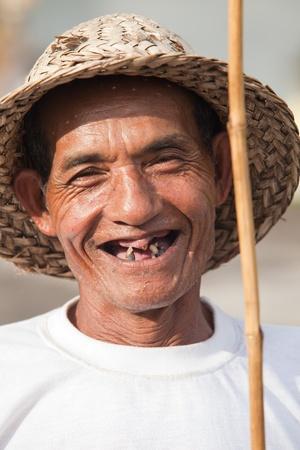BALI - 2. Februar. Alten balinesischen Reisbauern mit Stick am 2. Februar 2012 in Bali, Indonesien. Je älter Reis wachsenden Bevölkerung wird als die Suche nach jungen einfacher Lebensformen verblassen. Editorial