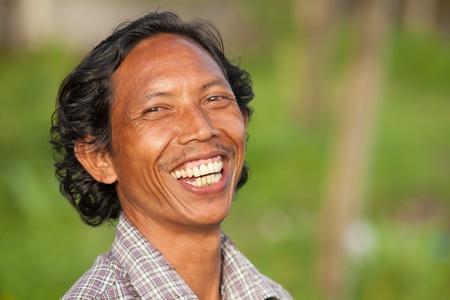 BALI - 2. Februar. Alles Gute zum balinesischen Mann lachend auf 24. Februar 2012 in Bali, Indonesien. Balinesen gelten als die glücklichsten der Welt durch ihre enge Gemeinden und Spiritualität. Editorial