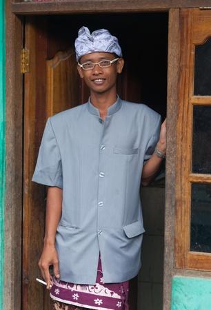 udeng: BALI - 01 de febrero. El hombre en el pueblo vestida para la ceremonia Galungan el 1 de febrero de 2012 en Bali, Indonesia. Galungan es un d�a de fiesta de Bali que ocurre cada 210 d�as que duran 10 d�as.