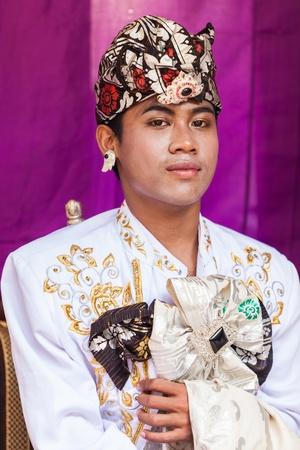 udeng: BALI - 11 de febrero. El hombre la promulgaci�n de escena de la boda en la preparaci�n para la ceremonia religiosa el 11 de febrero de 2012 en Bali, Indonesia. La mayor�a de Bali se casan a los 20 a�os.