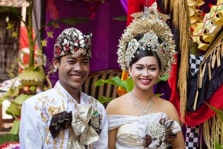 BALI - 11. Februar. Paar Erlass Hochzeitsszene in Vorbereitung auf religi�se Zeremonie am 11. Februar 2012 in Bali, Indonesien. Die meisten Balinesen in ihren fr�hen 20er Jahren heiraten.