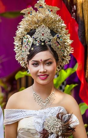 udeng: BALI - 11 de febrero. Mujer promulgaci�n de escena de la boda en la preparaci�n para la ceremonia religiosa el 11 de febrero de 2012 en Bali, Indonesia. La mayor�a de Bali se casan a los 20 a�os.