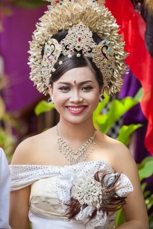 udeng: BALI - FEBRERO 11. Mujer promulgar escena de la boda en la preparaci�n para la ceremonia religiosa el 11 de febrero de 2012 en Bali, Indonesia. La mayor�a balin�s casarse en los 20 a�os. Foto de archivo