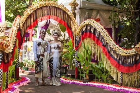 BALI - 11. Februar. Couple Erlass Hochzeit Szene in der Vorbereitung für religiöse Zeremonie am 11. Februar 2012 in Bali, Indonesien. Die meisten Balinesen in ihren frühen 20er Jahren heiraten.