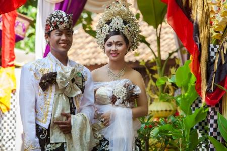 BALI - 11. Februar. Paar Erlass Hochzeitsszene in Vorbereitung auf religiöse Zeremonie am 11. Februar 2012 in Bali, Indonesien. Die meisten Balinesen in ihren frühen 20er Jahren heiraten.