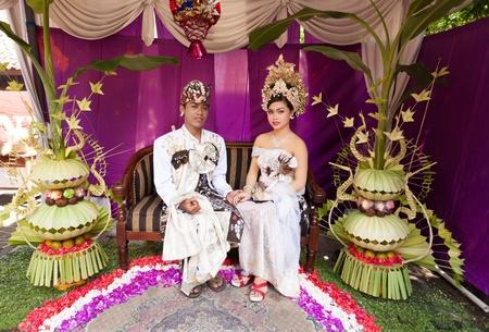 udeng: BALI - 11 de febrero. Pareja promulgaci�n de escena de la boda en la preparaci�n para la ceremonia religiosa el 11 de febrero de 2012 en Bali, Indonesia. La mayor�a de Bali se casan a los 20 a�os.