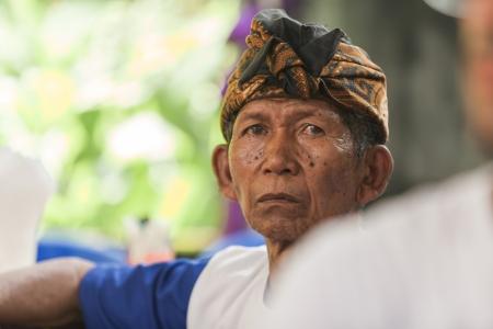 udeng: BALI - 11 de febrero. Reuni�n familiar en el pueblo de los preparativos de la boda el 11 de febrero de 2012 en Bali, Indonesia. Las ceremonias de boda se celebra siempre en la aldea del novio. Editorial
