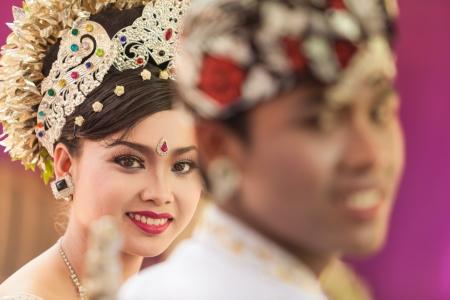 udeng: BALI - 11 de febrero. Artistas Int�rpretes o Ejecutantes la promulgaci�n de escena de la boda en la preparaci�n para la ceremonia religiosa el 11 de febrero de 2012 en Bali, Indonesia. La mayor�a de Bali se casan a los 20 a�os.