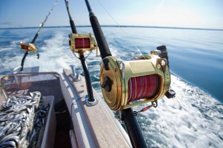 bateau de peche: grands moulinets de p�che de jeu dans un environnement naturel Banque d'images