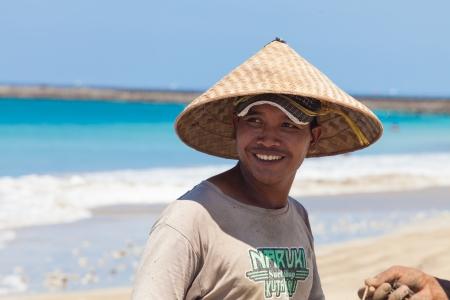 BALI - 13. Februar. Fischer Reinigung Netze am Strand am 13. Februar 2012 in Bali, Indonesien. Fischereiminister Fadel Muhammad sagte Indonesien gesetzt, um weltweit gr��te Produzent von Fischereierzeugnissen im Jahr 2015 geworden. Editorial