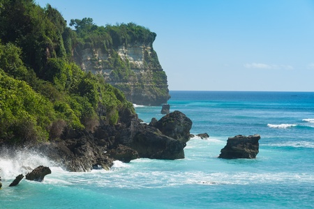 Uluwatu costa con acantilados rocosos y beaautiful color turquesa del mar ondulado. Foto de archivo
