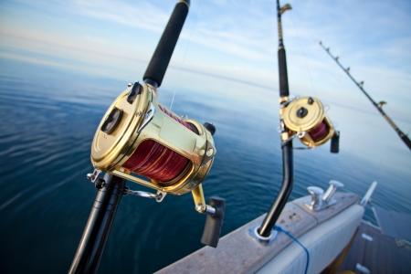 pesca: gran juego carrete de pesca en el entorno natural Foto de archivo