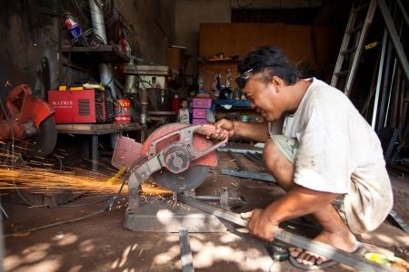 maquinaria pesada: el hombre con maquinaria pesada sin la protecci�n adecuada