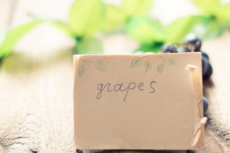 Druiven op een houten tafel met een tag