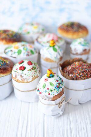 Gâteaux de Pâques sur un fond en bois blanc.
