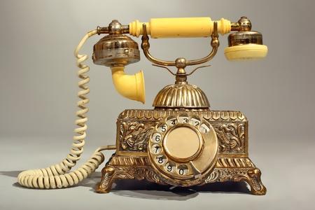 Oude Victoriaanse stijl telefoon gemaakt van messing en kunststof met koord, gepatineerd en bekraste Stockfoto