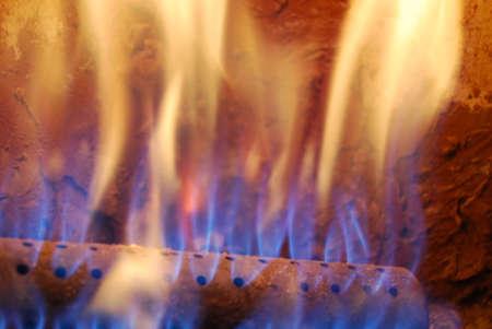 chemin�e gaz: Flames de bleu et orange naturel incendie dans un four chaud � gaz ou chemin�e Banque d'images