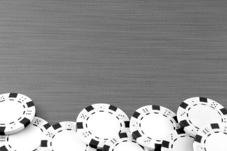 cartas de poker: Fichas de p�quer en el fondo de acero inoxidable