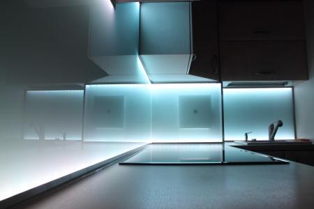 agd: Nowoczesna kuchnia luksus z białym oświetlenie LED Zdjęcie Seryjne