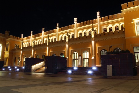 led lighting: Estaci�n Central de Trenes en Wroclaw por la noche, Polonia