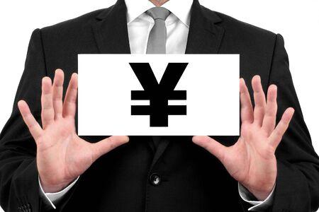 lazo negro: Yen japon�s signo de negocios en traje negro y una camisa blanca con un lazo negro, muestra la tarjeta de visita