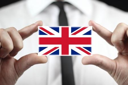 bandera reino unido: De negocios que sostiene una tarjeta de visita con una bandera de Reino Unido