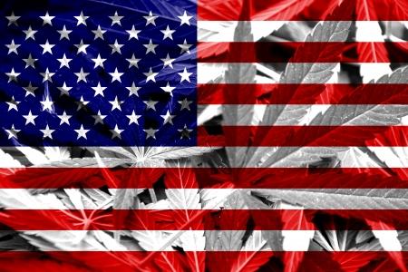 hoja marihuana: EE.UU. Bandera en el fondo cannabis Legalización de Drogas política de la marihuana Foto de archivo