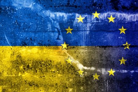 EU와 우크라이나의 국기 그런 지 벽에 그려진 스톡 콘텐츠