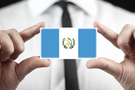 bandera de guatemala: Empresario sosteniendo una tarjeta de visita con la bandera de Guatemala Foto de archivo