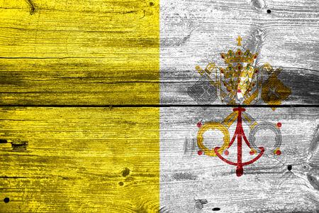 ciudad del vaticano: Bandera de la Ciudad del Vaticano pintado en vieja textura de tabl�n de madera