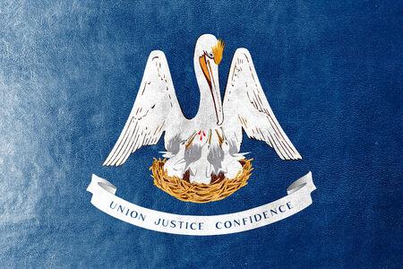 identidad cultural: Bandera del estado de Louisiana pintada en textura de cuero