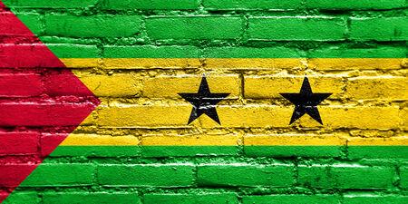 principe: Sao Tome and Principe Flag pintadas en la pared de ladrillo Foto de archivo