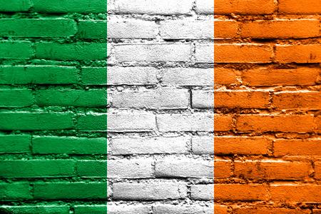 아일랜드 국기 벽돌 벽에 그려진 스톡 콘텐츠