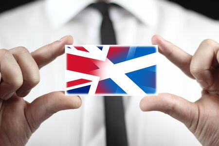 autonomia: Empresario celebración tarjeta de visita con Escocia y Reino Unido Bandera Foto de archivo