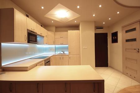 白色 LED 照明とモダンで豪華なキッチン