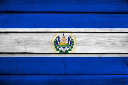 bandera de el salvador: Bandera de El Salvador en el fondo de madera