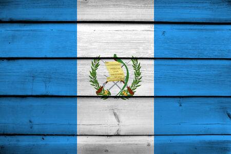 bandera de guatemala: Bandera de Guatemala en el fondo de madera