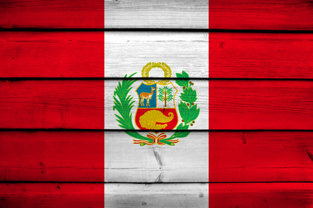 bandera peru: Per� bandera en el fondo de madera Foto de archivo