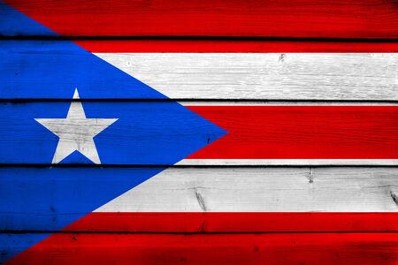 bandera de puerto rico: Bandera de Puerto Rico en el fondo de madera Foto de archivo