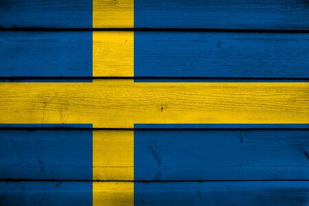 bandera suecia: Bandera de Suecia sobre fondo de madera