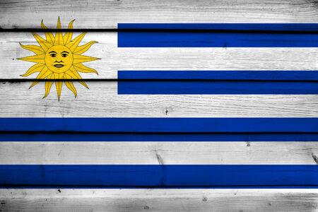 bandera de uruguay: Bandera de Uruguay en el fondo de madera Foto de archivo