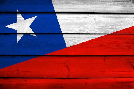 flag of chile: Bandera de Chile en el fondo de madera Foto de archivo