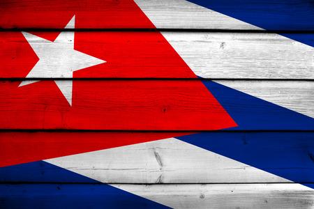bandera cuba: Bandera de Cuba en el fondo de madera Foto de archivo