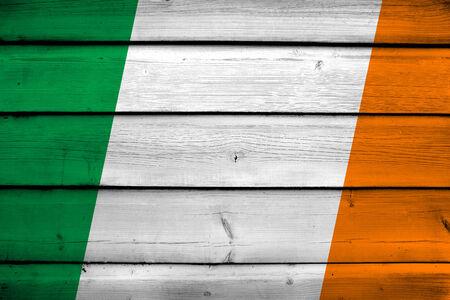 bandera de irlanda: Bandera de Irlanda en el fondo de madera Foto de archivo