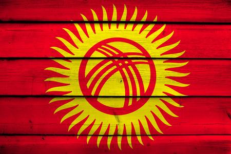 kyrgyzstan: Bandera de Kirguist�n en el fondo de madera