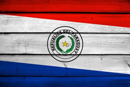 bandera de paraguay: Bandera de Paraguay en el fondo de madera Foto de archivo