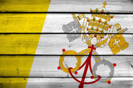 ciudad del vaticano: Bandera de la Ciudad del Vaticano sobre fondo de madera Foto de archivo