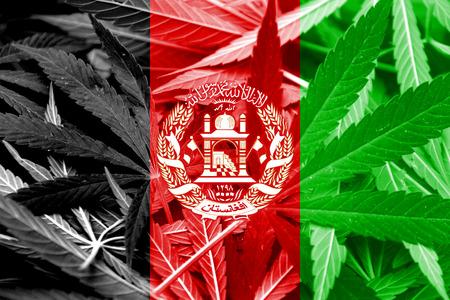 middle joint: Afghanistan Flag su cannabis sfondo. Politica delle droghe. Legalizzazione della marijuana